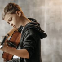 Experts told what benefits music lessons bring to a child